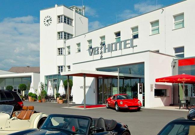 v8-car-themed-hotel-v-shtutgarte-germaniya